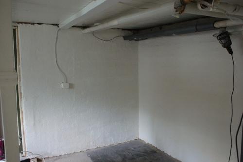 rullspacklad källarvägg
