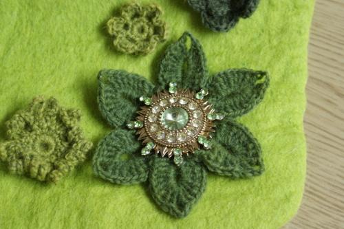 grön brosch
