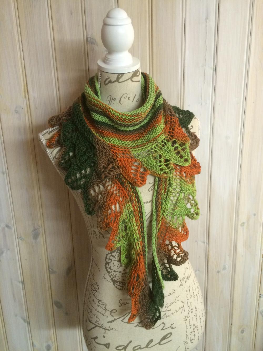 Mönstret till den här sjalen kallas för pyttipanna och jag har stickat den  här sjalen ett par gånger tidigare. Det melerade garnet heter mercan batik. 06c22a8ebe4ec